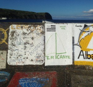 2014-05-31 18h35 Ericante sur le mur du quai à Horta Faial Açores