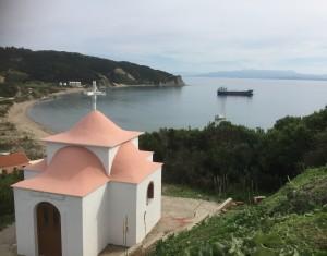 2015-10-26 12h19 chapelle, L'Ericante, le pétrolier à Erikoussa Grèce mer ionienne