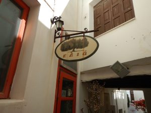 2016-06-01 11h04 ELya dans le vieux Naxos Cyclades